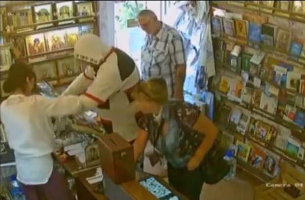 В Крыму мужчина попытался ограбить церковную лавку, а потом пошёл в магазин и стал разбивать бутылки с вином