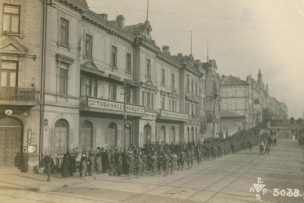 Владивосток, Светланская. Подьем улицы к зданию ГУМа.