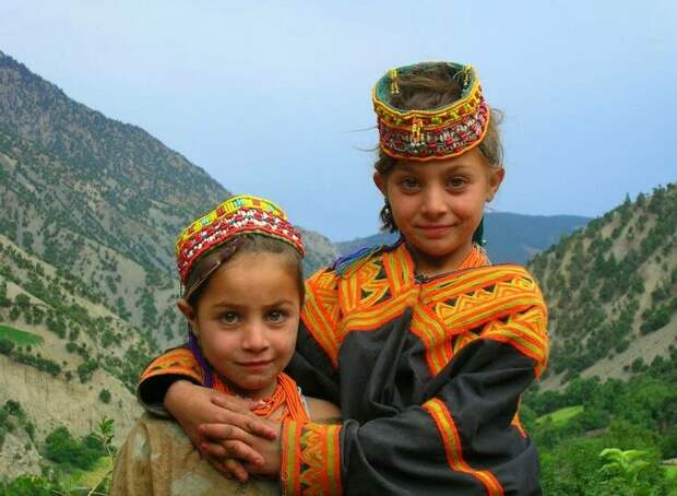 Их дети ничем не отличаются от других, кроме условий проживания и бедности.