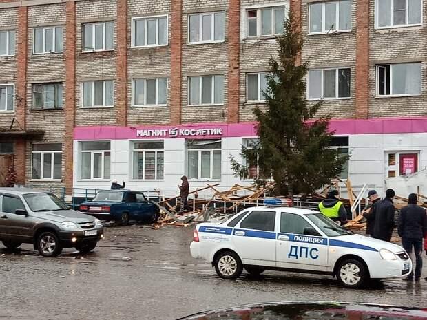 Многие машины получили повреждения. Фото: ВКонтакте
