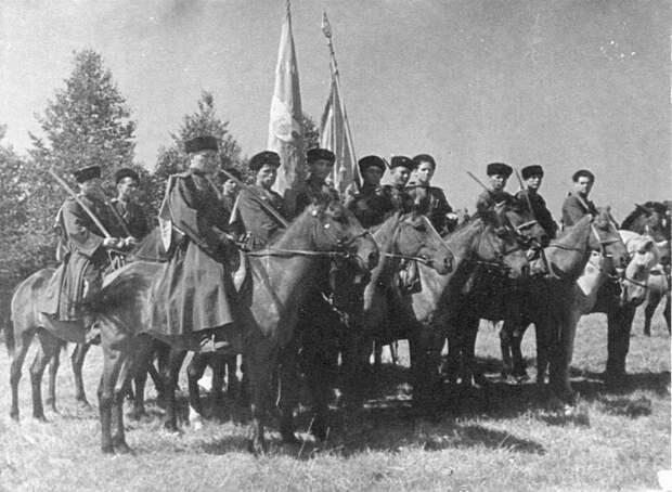 Конники 2-го гвардейского кавалерийского корпуса со знаменами СССР, война, история
