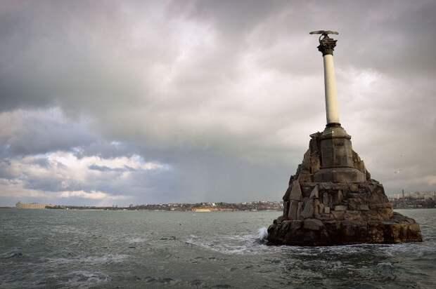 В акватории Севастопольской бухты чуть не затонул катер
