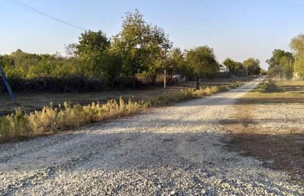 В Мостовском районе жители просят заасфальтировать дорогу к церкви