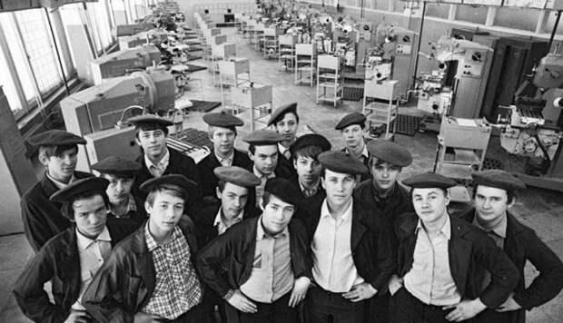 Как в СССР жилось молодому парню на 140 рублей в месяц, если не злоупотреблять спиртным- вроде нормально.