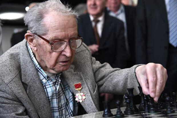 Старейшего гроссмейстера мира госпитализировали с коронавирусом