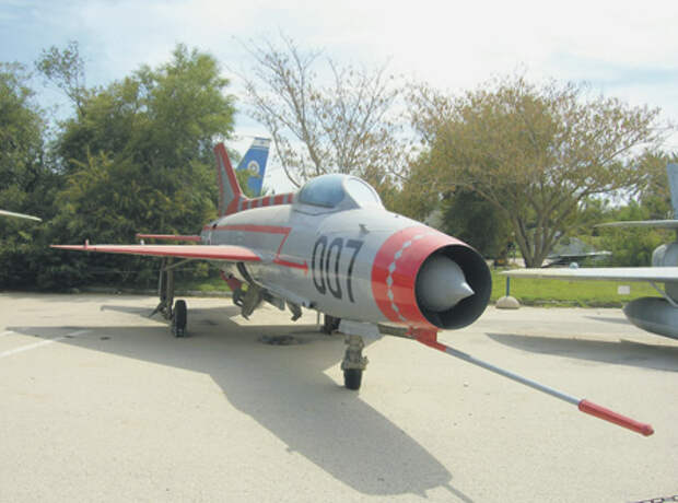 Угнанный советский истребитель стал экспонатом музея авиации. Фото Джея Брю