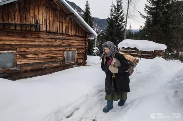 Агафья Лыкова одна в глухой тайге: от болезней охраняет дух кедра, а от медведя — петарды