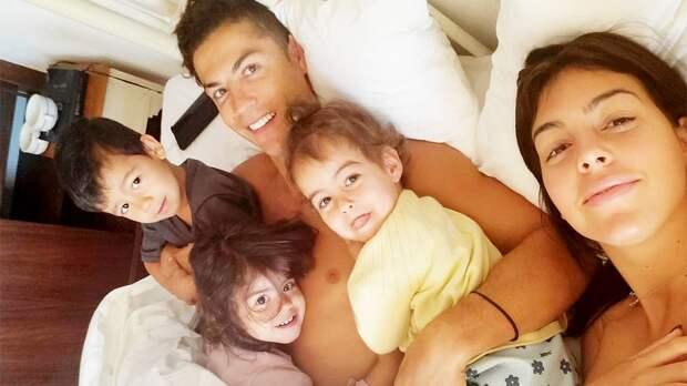 Возлюбленная Роналду показала видео, как нападающий играет в футбол со своими детьми: «Нам очень повезло»