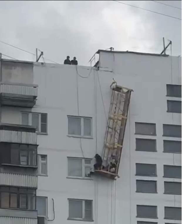 На улице 800-летия Москвы рухнула люлька со строителем