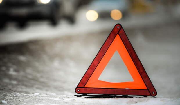 ВЕкатеринбурге автомобиль такси врезался вмашину Росгвардии иотлетел встолб