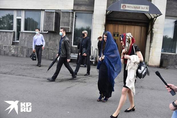 Две дочери Михаила Кокшенова — в синем платке Мария и рядом с ней Алевтина. Фото: Иван МАКЕЕВ