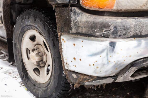 На бампере этого внедорожника проступают первые, еще небольшие, пятна ржавчины. | Фото: dailyway.ru.