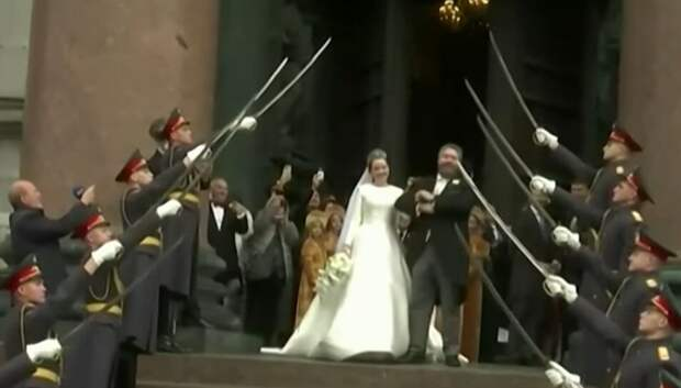 Шойгу жестко отреагировал на участие роты почетного караула в венчании великого князя в Петурбурге