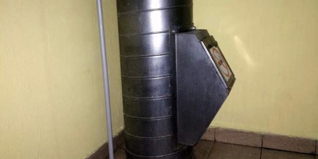 В подъезде на Волгоградке убрали бытовой мусор — Жилищник