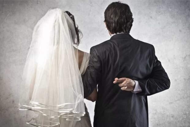 Почти пять лет жених тянул со свадьбой, а как невеста получила наследство, так он ее просто за руку