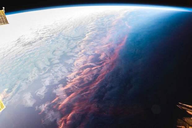 Вот как потрясающе выглядит закат из космоса