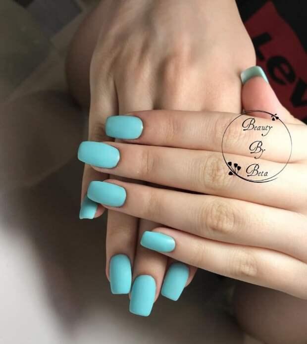 Модный голубой маникюр