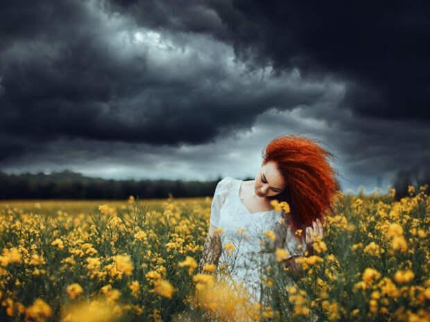 Картинка девушка, рыжая, платье, поле, цветы, облака, тучи, гроза ...