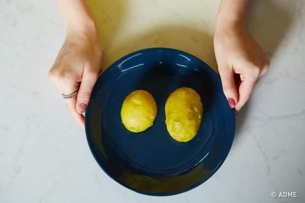 Чтобы картофель после варки хорошо чистился, его нужно оставить на пару минут в ледяной воде