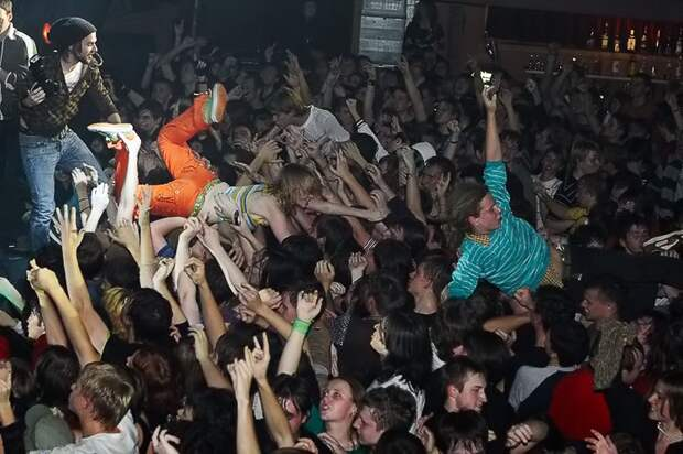 Атмосфера концертов альтернативной музыки середины нулевых.