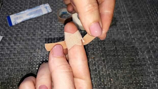 Вот для чего пластырь разрезают с двух сторон перед тем, как наклеить