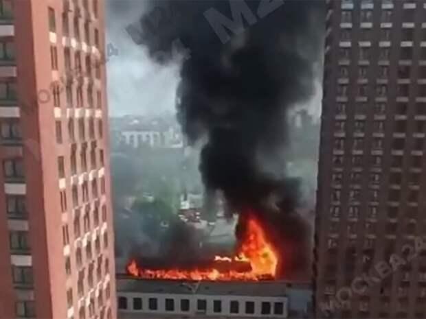Мусор загорелся на площади 500 квадратных метров севере столицы