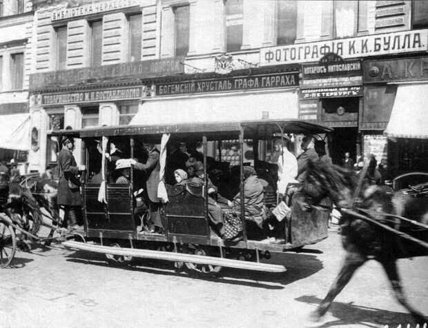 Омнибус на Невском проспекте перед домом №54.Фото К. Булла. 1900 г.