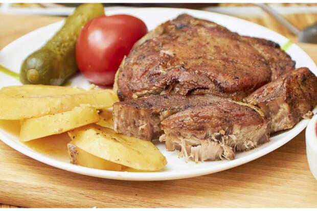 Готовим свиную корейку на косточке с картофелем в духовке