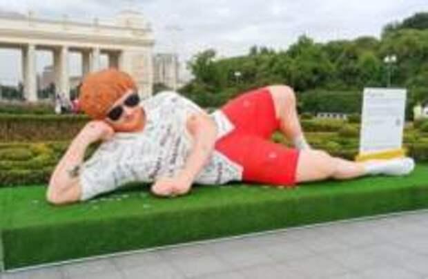 Пятиметровая скульптура Эда Ширана появилась в Парке Горького в Москве