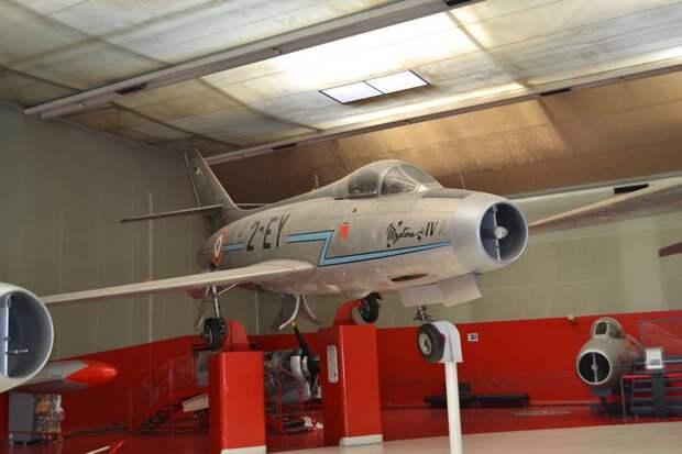 А это – серийный экземпляр истребителя Дассо M.D.454 «Мистер» IVA (машина №289 уже с двигателем Испано-Сюиза «Вердон» французского производства). Типичный самолет того времени, но все же отличающийся и от МиГ-17, и от F-86F