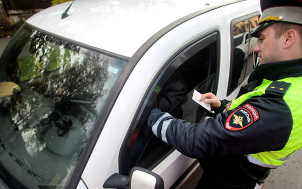 Имеет ли право инспектор отобрать права на месте?