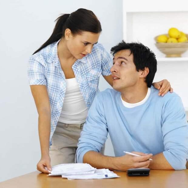 муж и жена удерживают диалог