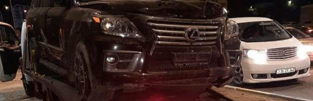 В Актау автомобиль протаранил забор