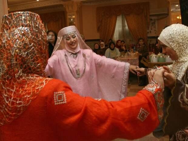 Согласно алжирской традиции, невеста устраивает вечеринку хной в ночь перед свадьбой. Автор: Fayez Nureldine.