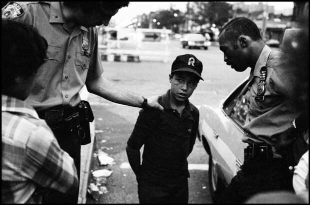 Два подростка устроили драку, на фото полицейские разняли их и допросили.