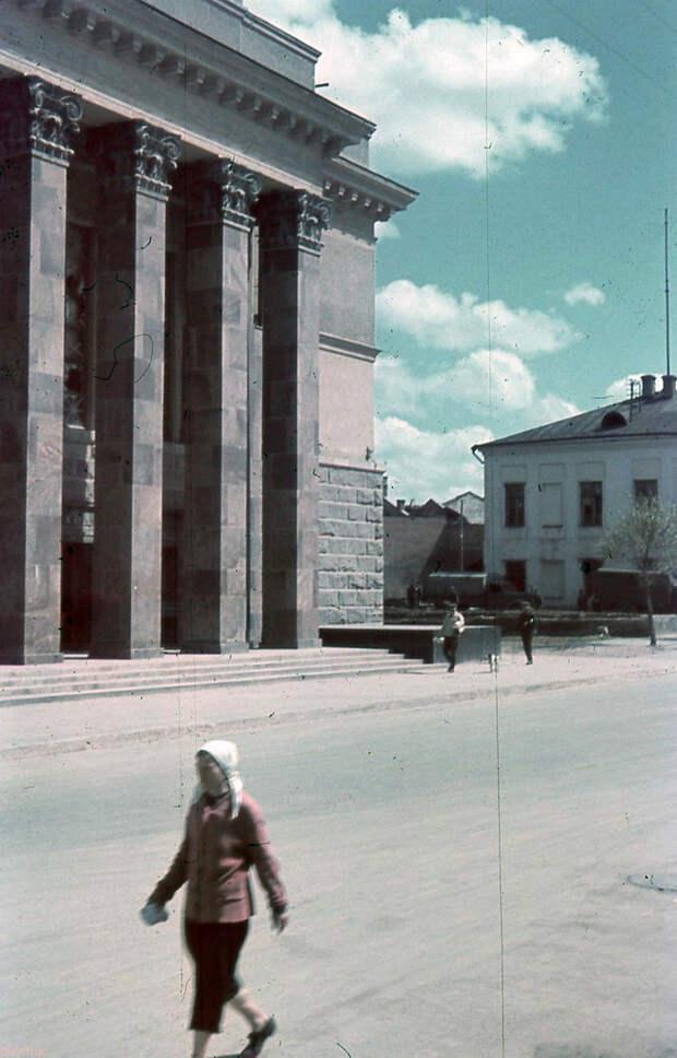 1942. Перед Драматическим театром
