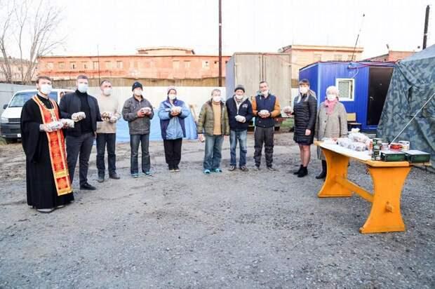 Бездомным в Ижевске подарили куличи к празднику Пасхи