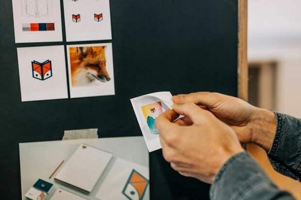 С помощью стикеров для Canon SELPHY Square QX10 можно печатать наклейки и легко закреплять их на мудборде.