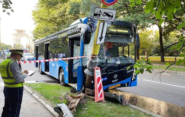 У главного здания МГУ произошло ДТП с автобусом