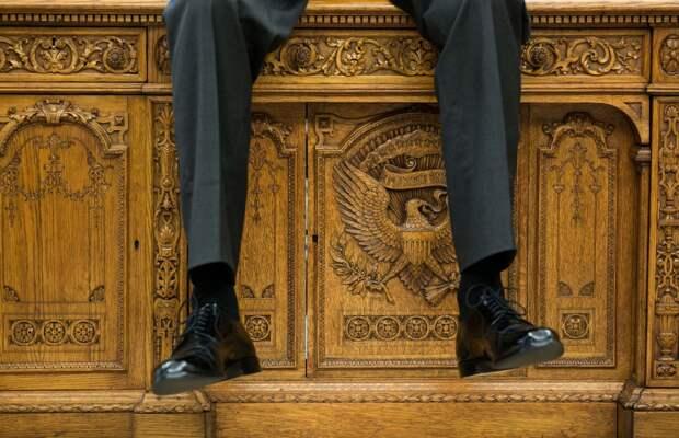 Обама сидит на столе Резолют,  который был изготовлен в 1880 году по приказу британского правительства и подарен 19-му президенту США Резерфорду Хейзу.