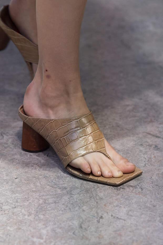 Обувь сезона весна-лето 2020: вьетнамки, вязаные сапоги и «мамины мюли» (фото 12)