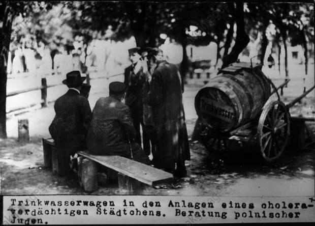 Trinkwasserwagen und Juden / Foto 1915 - Drinking water cont. a. Jews /Photo 1915 -
