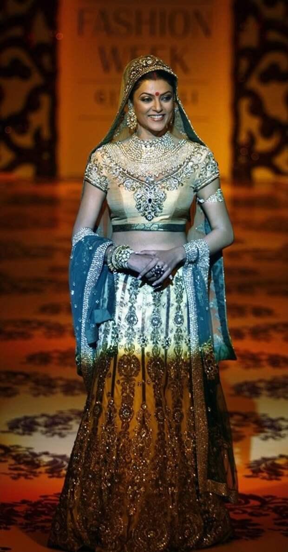 Сушмита Сен в сари. Фото / Sushmita Sen in sari photo