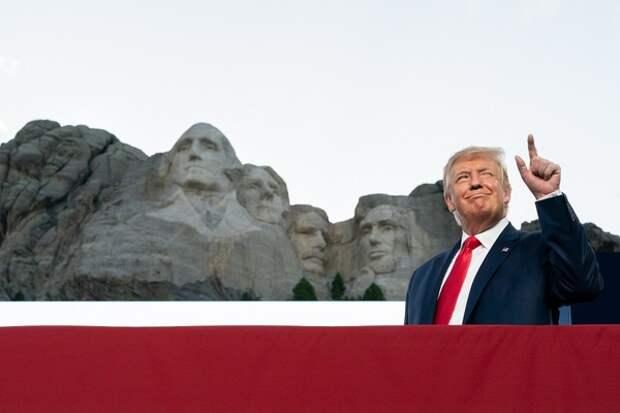 Президент в защитной маске: Трамп впервые надел ее на публике