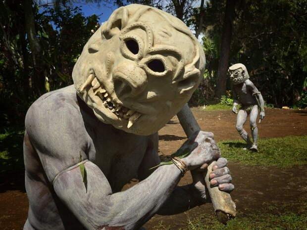 Папуасы охотно позируют туристам