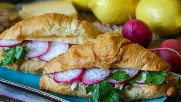 Круассаны с консервированной рыбой и редисом: пикантное угощение для праздника