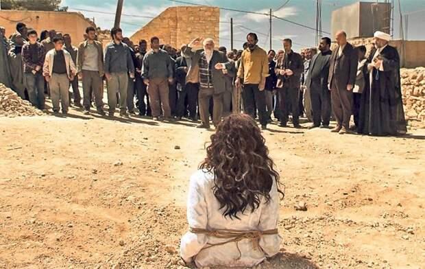 Кадр из фильма *Побивание камнями Сорайи*.
