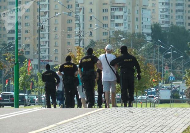 """У стелы """"Минск – город-герой"""" стягиваются автобусы с ОМОНом и автозаки"""