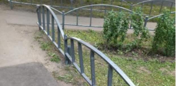 Во дворе дома на Новомарьинской покрасили металлические ограждения газона — Жилищник