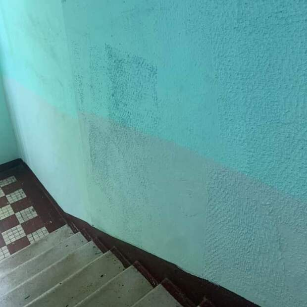Стены в подъезде дома на улице Мневники покрасят до конца августа – префектура